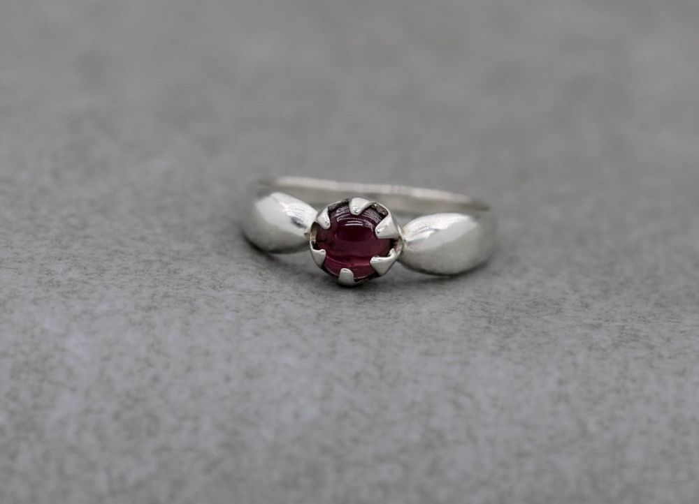 Sterling silver & garnet solitaire ring