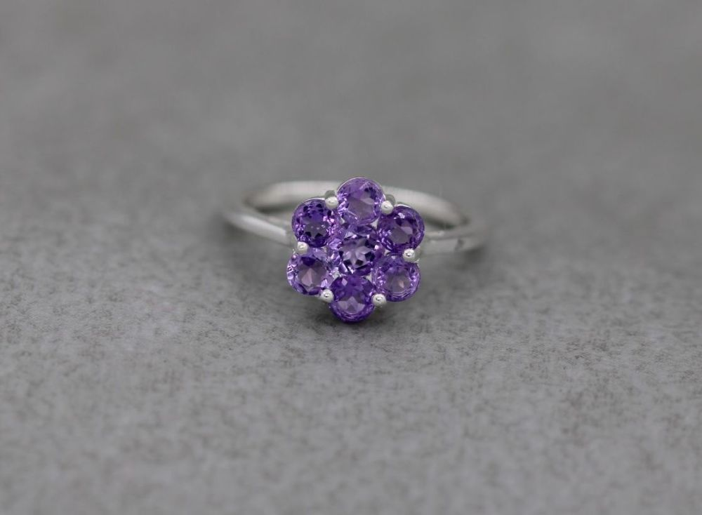 Sterling silver & amethyst cluster ring (P 1/2)