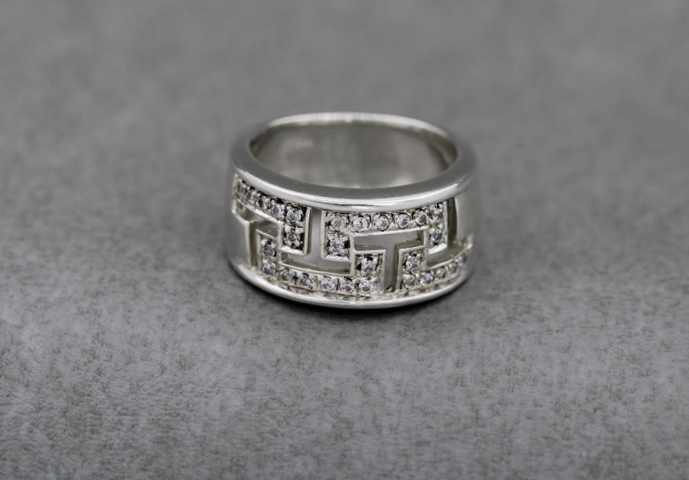 Sterling silver & clear stone cut-out pattern band ring