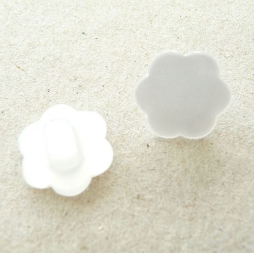 CP18-24L-01 White Flower 15mm Buttons x 10