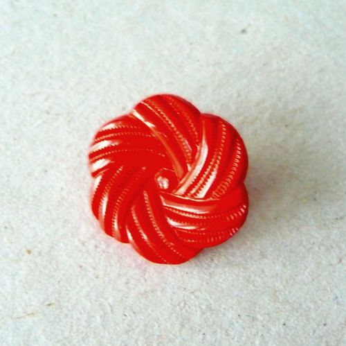 UK13770-R-28L Red Flower 18mm Buttons x 10