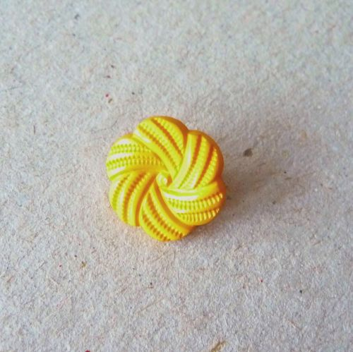 UK13770-Y Yellow Flower 10mm Buttons x 10