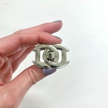 D shaped Twist lock