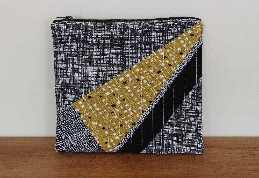A Dorset Patchworks Bits and Bobs Quilted Pouch (Pen and Ink/New Horizons)