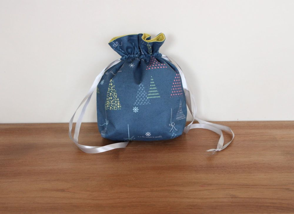 Winter Tales Drawstring Gift Bag(5)