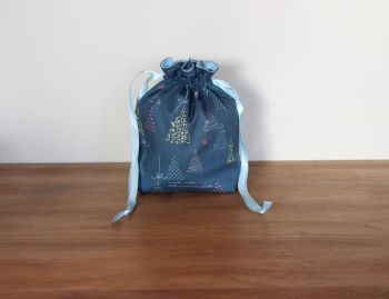 Winter Tales Drawstring Gift Bag(6)