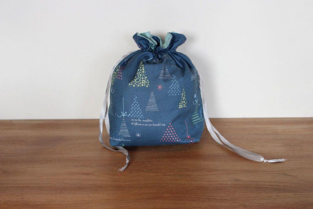 Winter Tales Drawstring Gift Bag(8)