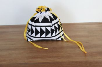 Black and  White Drawstring Gift Bag(3)