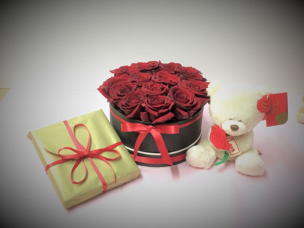 Luxury fresh red roses in a round hat box, guarantee a spectacular effect o