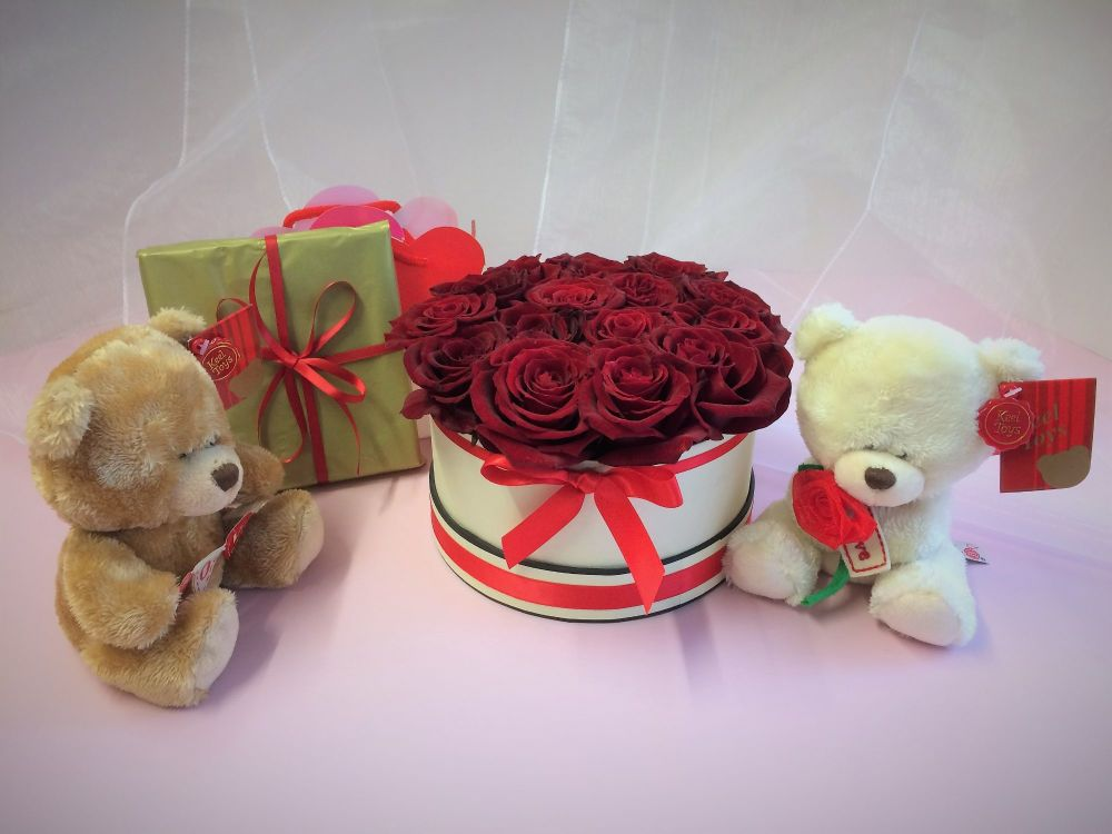 2. Luxury fresh red roses in a round box, guarantee a spectacular effect on