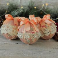 <!-- 009 -->Shabby Chic Christmas Decorations: Hanging Baubles