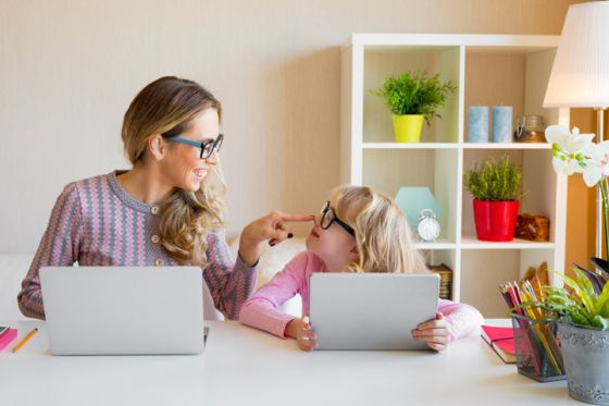 mother-daughter-computer