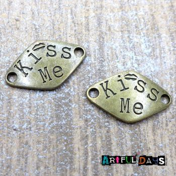 "Bronze Word Charms ""Kiss Me""(C122)"