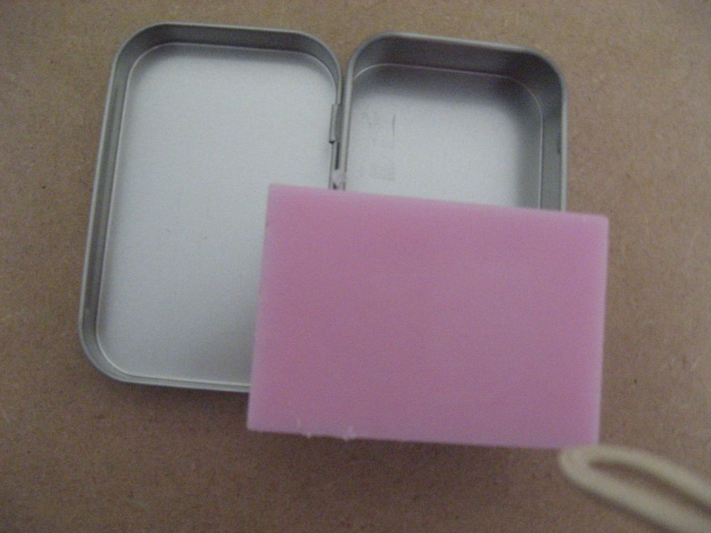 Solidshampoo in a tin