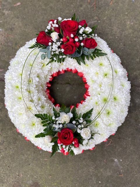 WR07 - A based red & white wreath