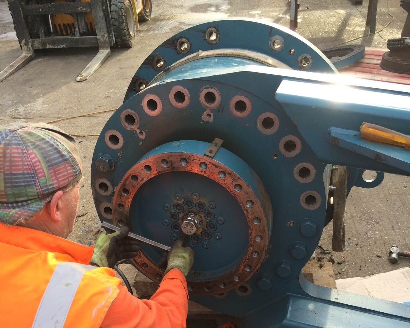 Dismantling a damaged gearbox
