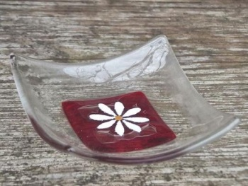 HAND CRAFTED GLASS DISH - CRANBERRY DAISY