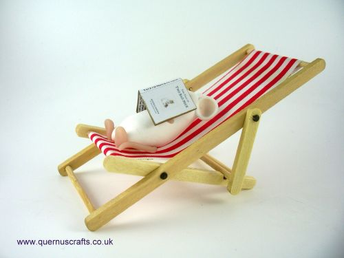 Little Reading Mouse on Red Deckchair QL8