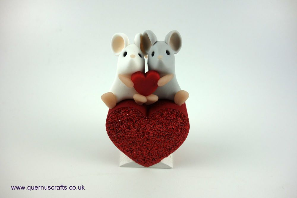 Teeny Love Mouse Couple on Heart (Grey/White)