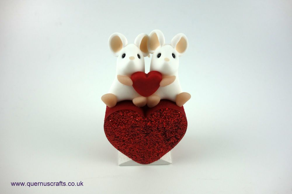 Teeny Love Mouse Couple on Heart (White/White)
