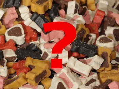 Semi moist dog treats with artificial colourings