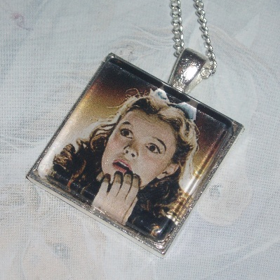 Wizard Of Oz Pendant Dorothy Looking Scared