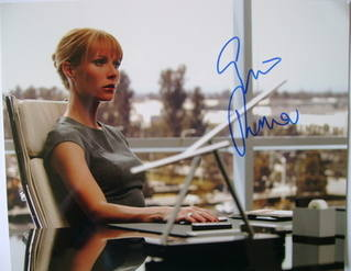 Gwyneth Paltrow autograph (hand-signed photograph)