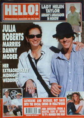 <!--2002-07-16-->Hello! magazine - Julia Roberts and Danny Moder cover (16