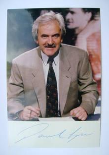 Desmond Lynam autograph (hand-signed photograph)