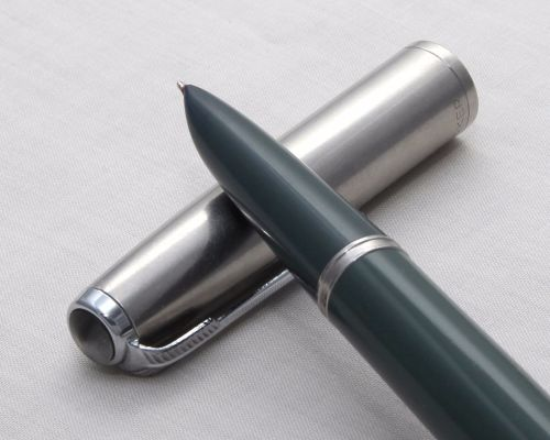 No.8113. Parker 51 Aerometric in Grey with a lustralloy cap. Smooth Fine ni