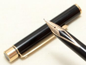 9000 Sheaffer Targa 1022s Slim fountain Pen in Gloss Black. Medium nib.