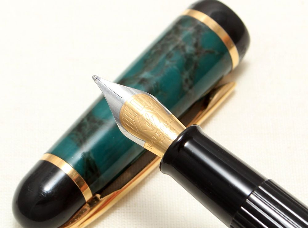 9039 Watermans Phileas Fountain pen in Green Marble with Gold Trim. Medium