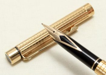 9048 Sheaffer Targa 1009s Slim Fountain Pen in a Gold Plated Square Pattern. Medium FIVE STAR Nib.