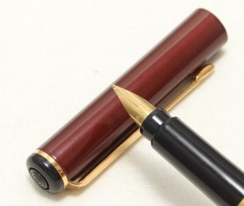 9099 Parker Rialto (88) Fountain Pen in Gloss Burgundy. Fine Nib, New Old Stock.