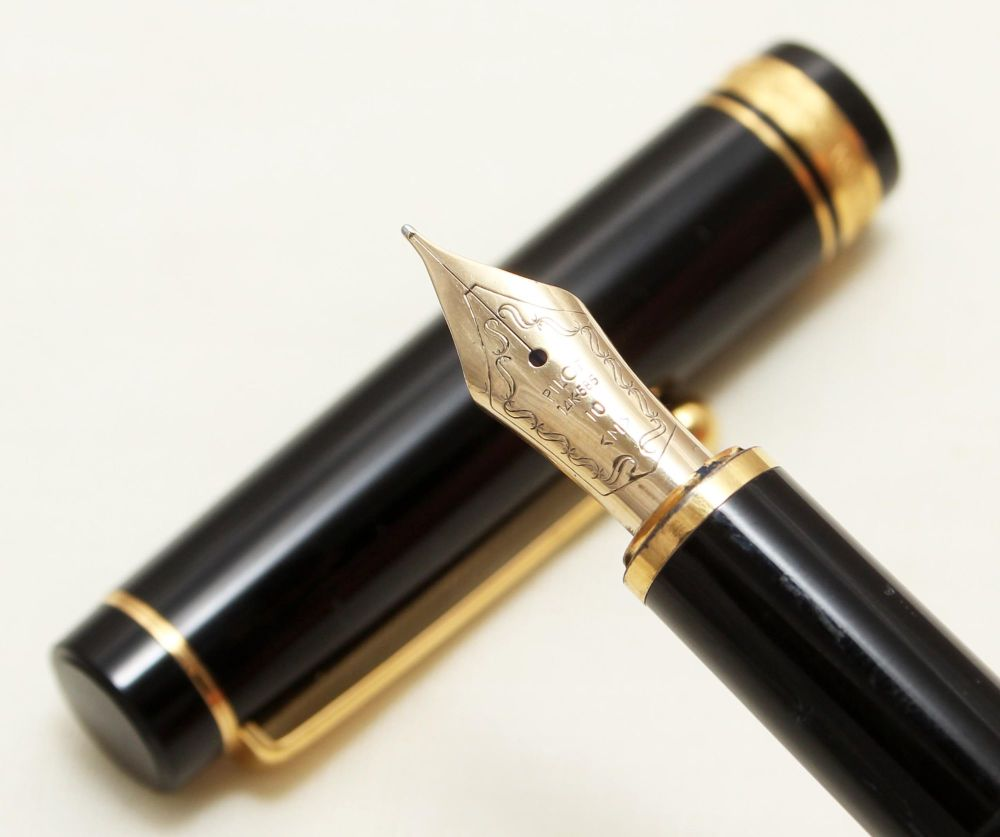 9131 Pilot Custom Fountain Pen in Classic Black. Medium FIVE STAR Nib.