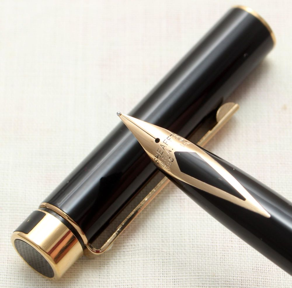 9140 Sheaffer Targa 1022 Classic Fountain Pen in Gloss Black. Medium nib.