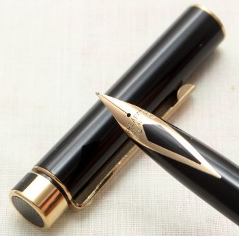 9140 Sheaffer Targa 1022 Classic Fountain Pen in Gloss Black. Fine nib.