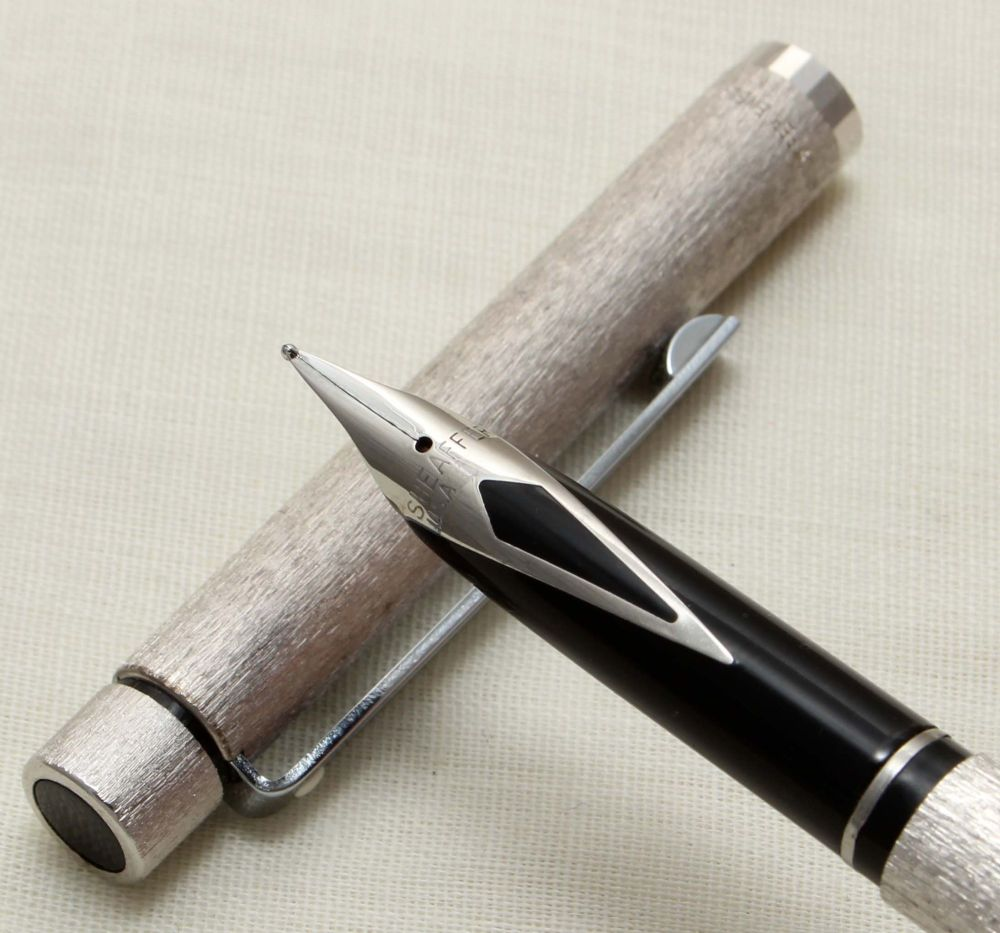 9305 Sheaffer Targa 680s Slim Fountain Pen in Silver Lame. Fine FIVE STAR N