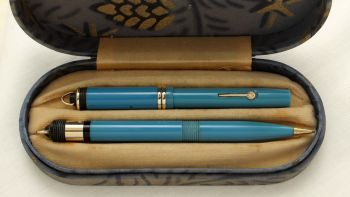 9398 Rare and Early Conway Stewart No526 Dinkie Fountain Pen and Propelling Pencil Set in Sky Blue. Superb Medium FIVE STAR nib. Mint and Boxed.