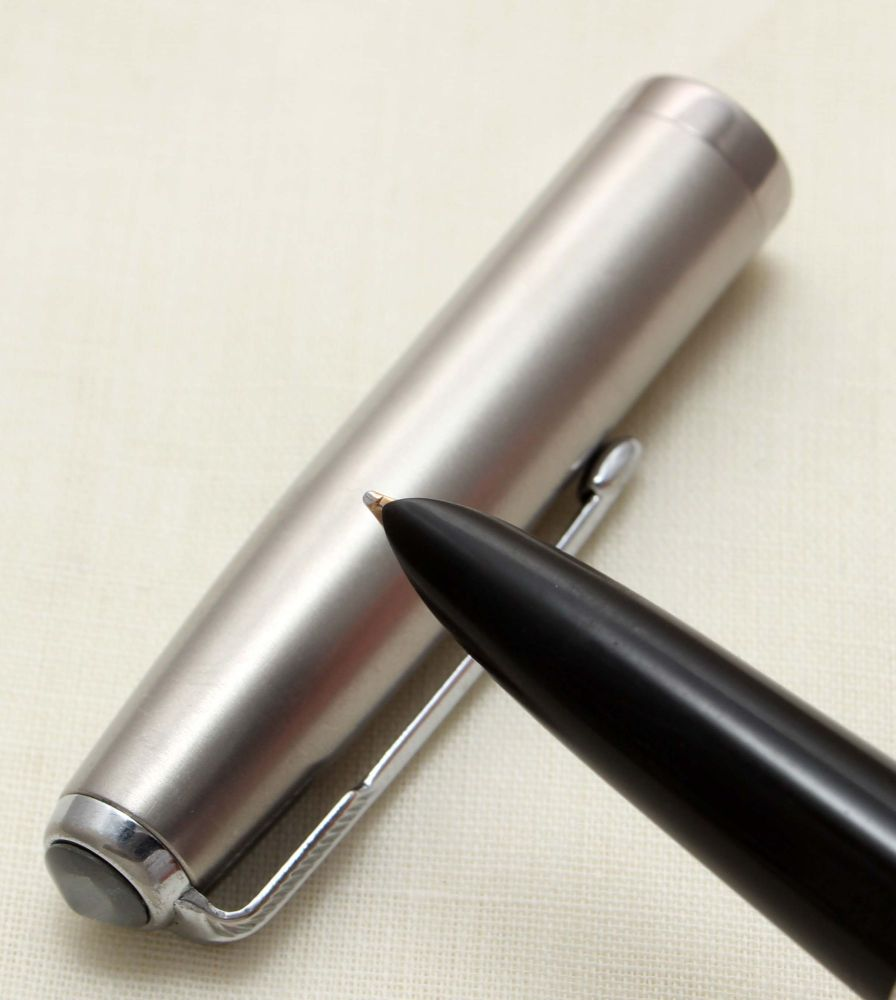 9372 Parker 51 Aerometric in Black with a Lustraloy Cap, Smooth Medium FIVE