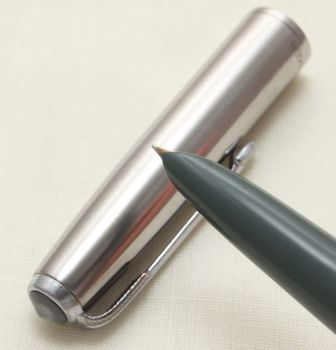 9373 Parker 51 Aerometric in Grey with a Lustraloy Cap, Smooth Fine Nib.