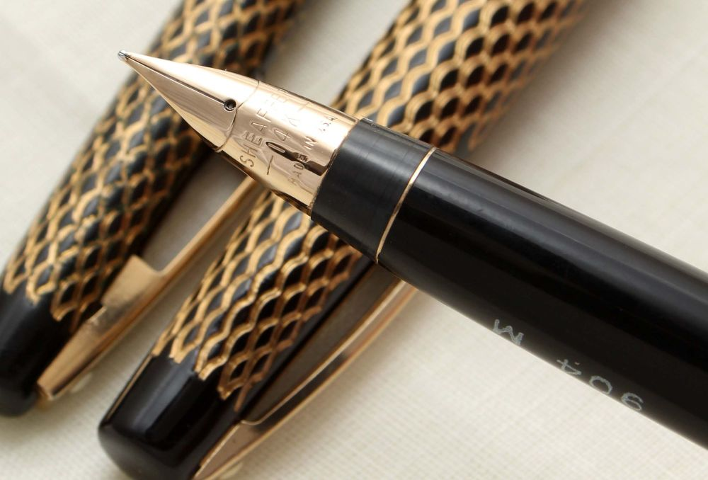 9386 Sheaffer 904 Lady Fountain Pen set in Gold Mesh over Black. Smooth Med