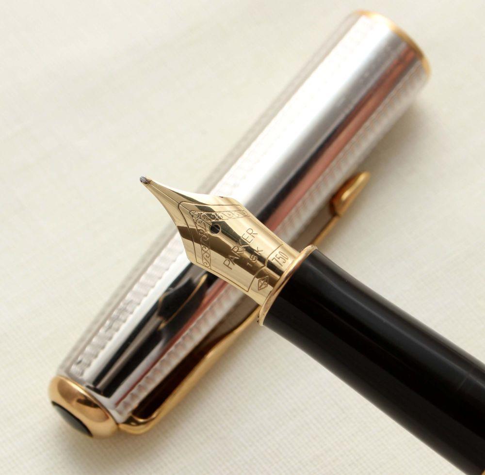 9407 Parker Sonnet Fountain Pen in Cascade Silver. 18ct Medium Nib.