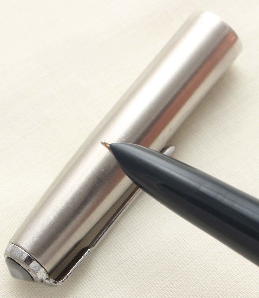 9440 Parker 51 Aerometric in Midnight Blue with a Lustraloy Cap, Smooth Med