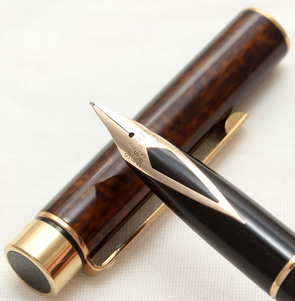 9813 Sheaffer Targa Classic Fountain Pen in Laque Thuya Ronce. Medium nib.
