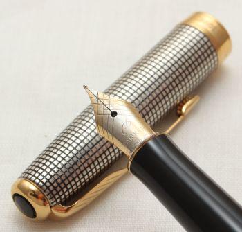 9907 Parker Sonnet Fountain Pen in Sterling Silver Cisele. 18ct Fine FIVE STAR Nib.