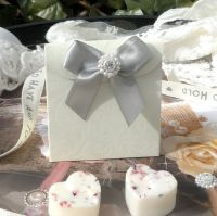 <!-- 002 -->(10 off) Embossed Floral Satchel Favour Boxes with Aroma Wax Melts
