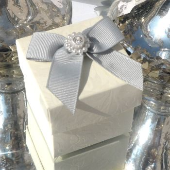 (10 off) Floral Embossed Square Favour Boxes with Aroma Wax Melts