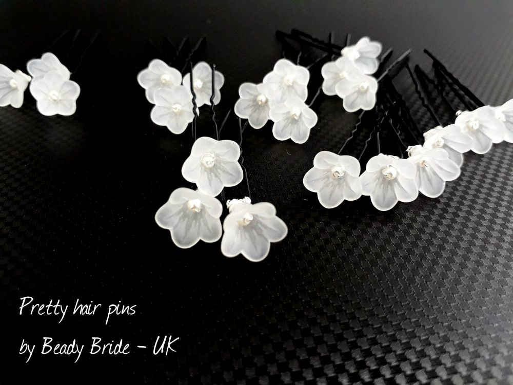 1-ac-4-A set of 21 small white flowers & pearl-wedding-hair-pins-UK-PALFLWP