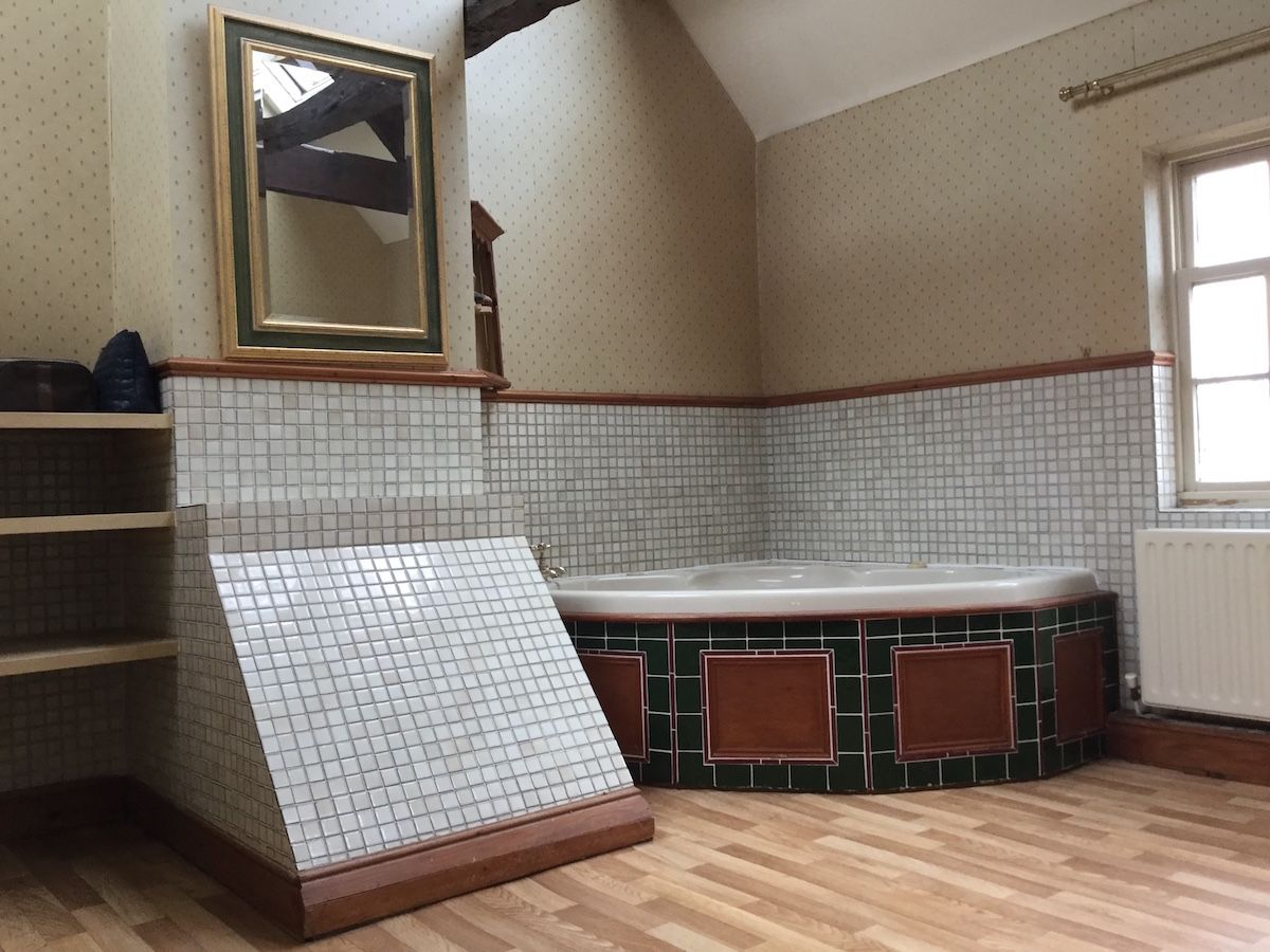 The bath in the large bathroom at Holm Farm